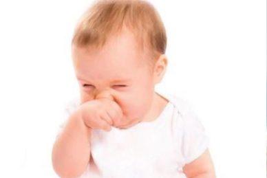 Πως καθαρίζουμε τη μυτούλα και τα αυτάκια του μωρού μας ;